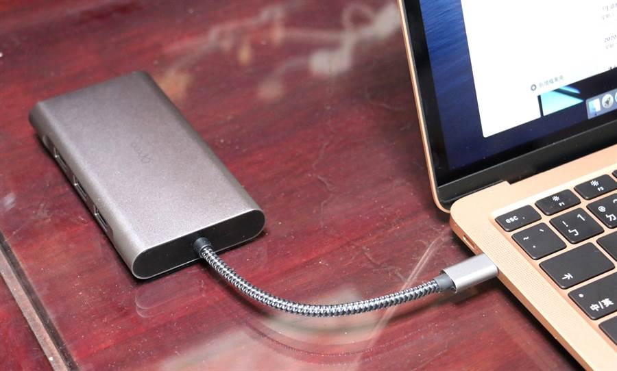 Opro9 USB-C 10埠帶線多功能轉接器接上MacBook Air。(黃慧雯攝)
