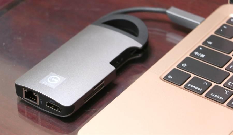 Opro9 USB-C 8埠帶線多功能轉接器接上MacBook Air。(黃慧雯攝)