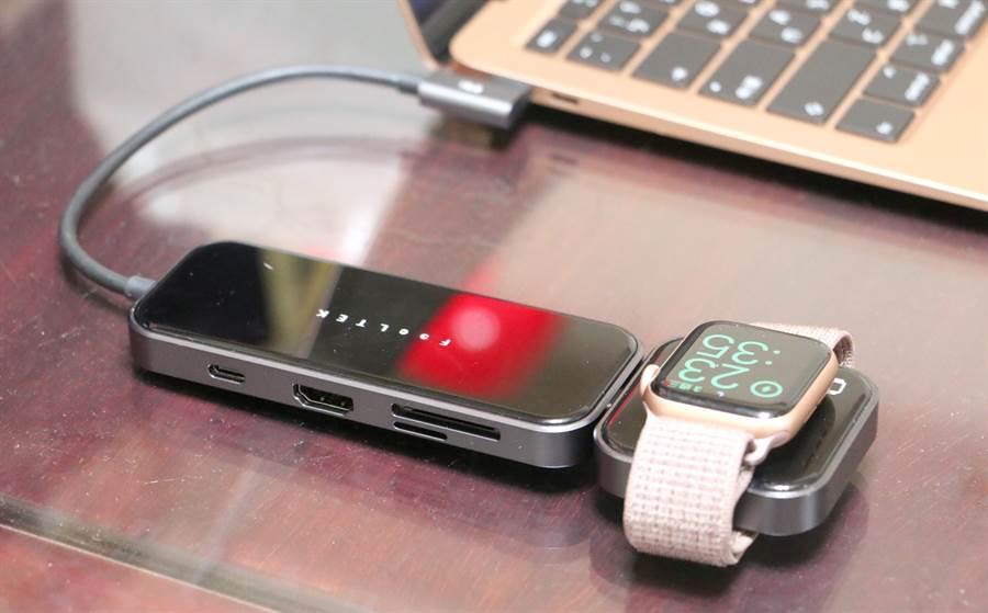 Feeltek Jet Glass 8 in 1 USB-C lego Hub可外接Apple Watch充電器(其上還有凹槽,可以完美與Apple Watch底部微微突起的感測器服貼。(黃慧雯攝)
