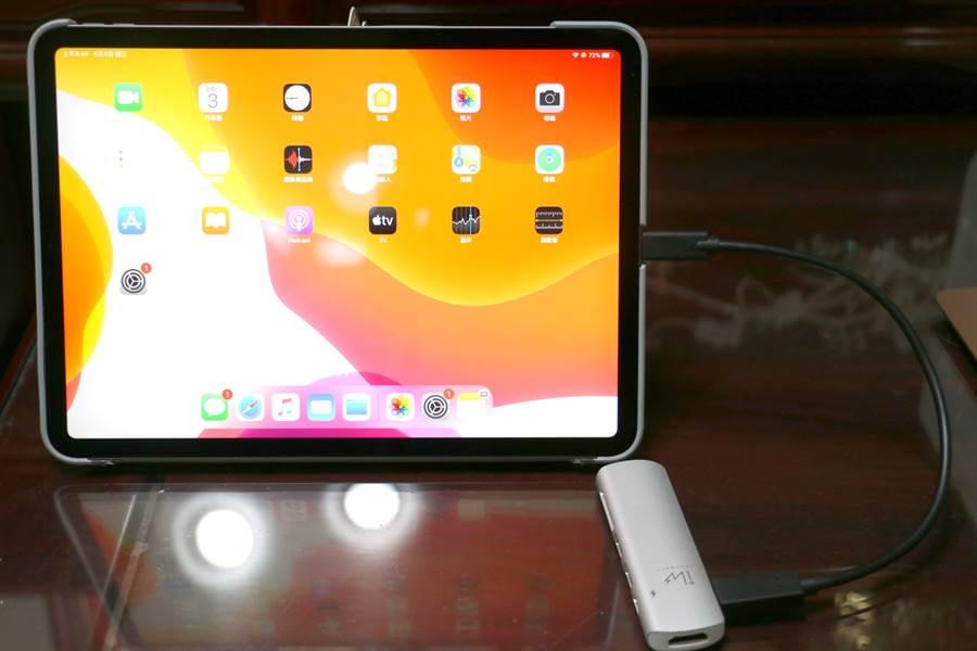 innovate the DOCK-C可透過附上的連接線來接上iPad Pro,在iPad Pro有安裝保護殼的情況下,也能適用。(黃慧雯攝)
