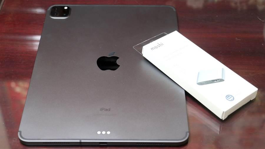 "Moshi USB-C to HDMI 雙端口轉接器與iPad Pro 11""第二代。(黃慧雯攝)"
