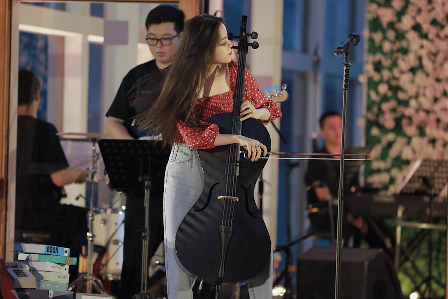 歐陽娜娜首次公開演唱新歌。(索尼音樂提供)