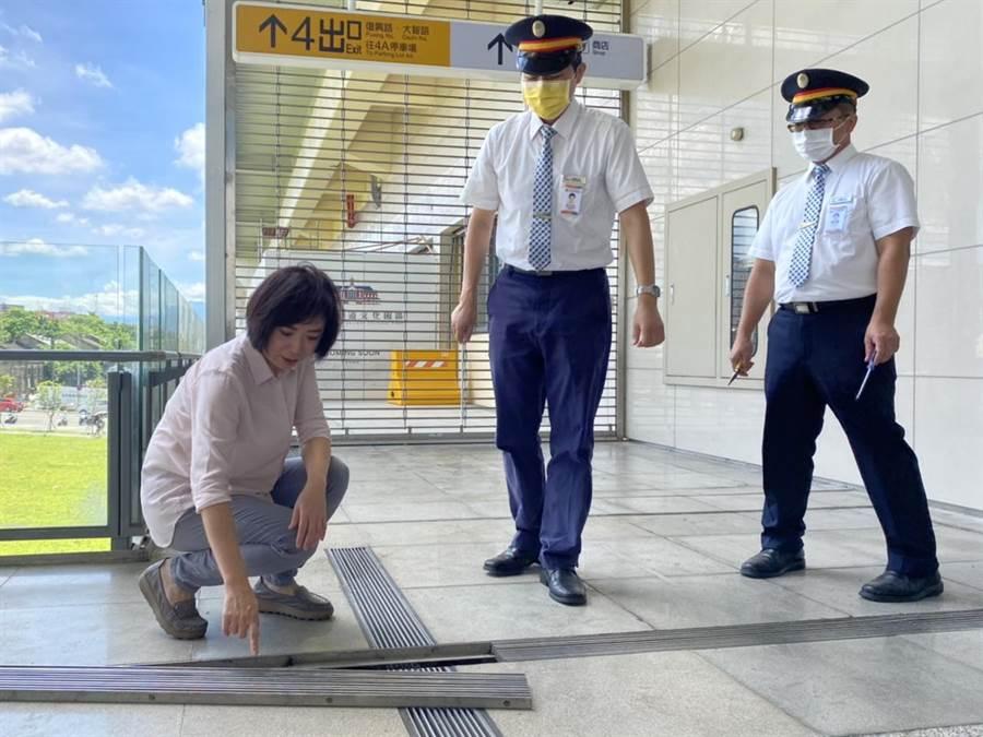 台中市暴雨突襲,才興建3年多的台中火車站發生積水,立委何欣純(左1)到場會勘,查看截水溝直批「離譜」。(陳淑芬攝)