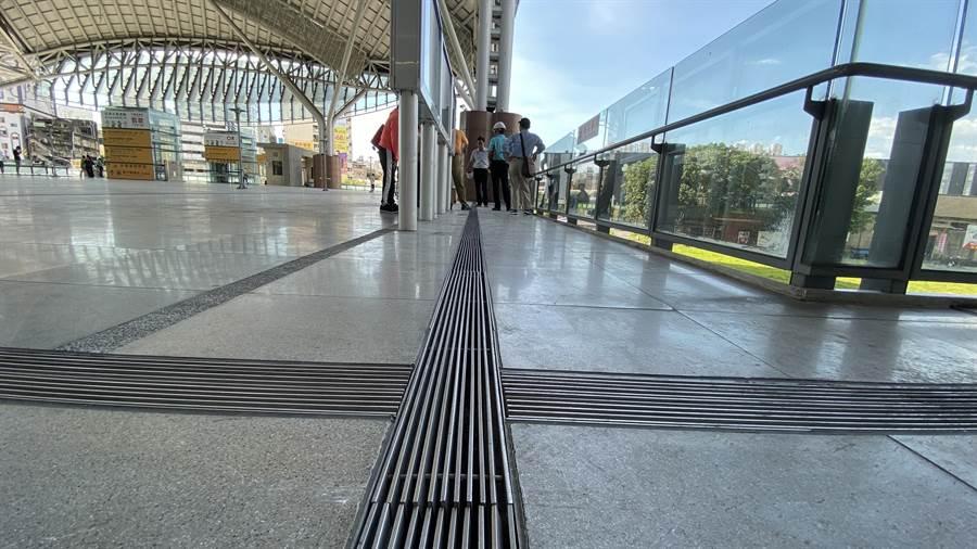台中市受暴雨突襲,才興建3年多的台中火車站發生積水,立委會勘後,認為大平台的截水溝設計有問題。(陳淑芬攝)