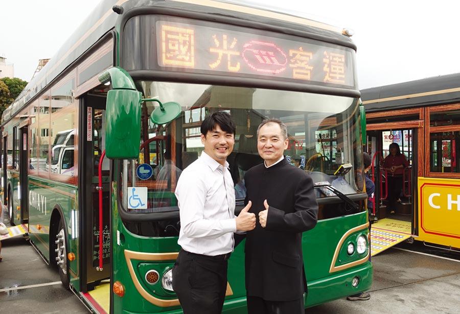 國光客運副董事長吳定發(右)、Uplus總經理楊脩生參與嘉義市電動公車發布記者會。 圖/黃俊榮