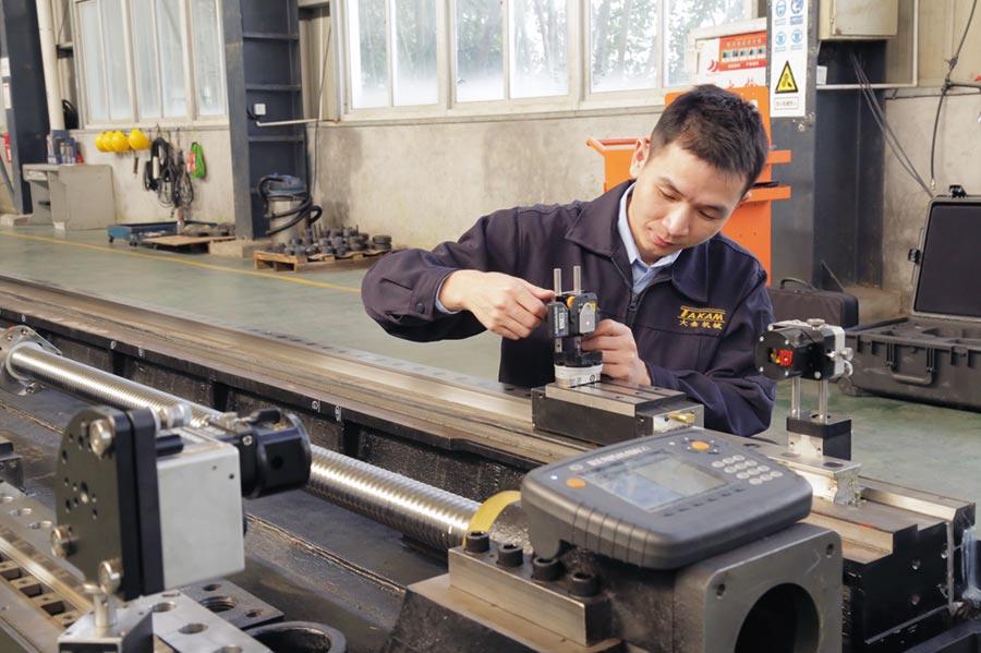 大金機械工程師使用XK10進行平行度量測。圖/雷尼紹提供