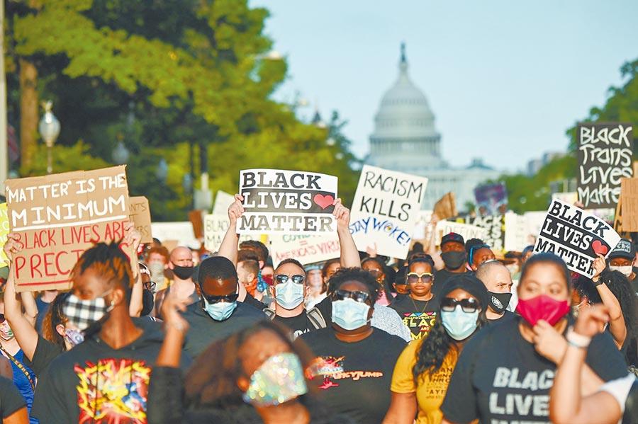 美國總統川普在西點軍校表示,美國軍隊的職責不是在海外幫助別人建立國家,而是保衛美國的國家安全。圖為近日美國延燒的反種族歧視示威遊行。(路透)