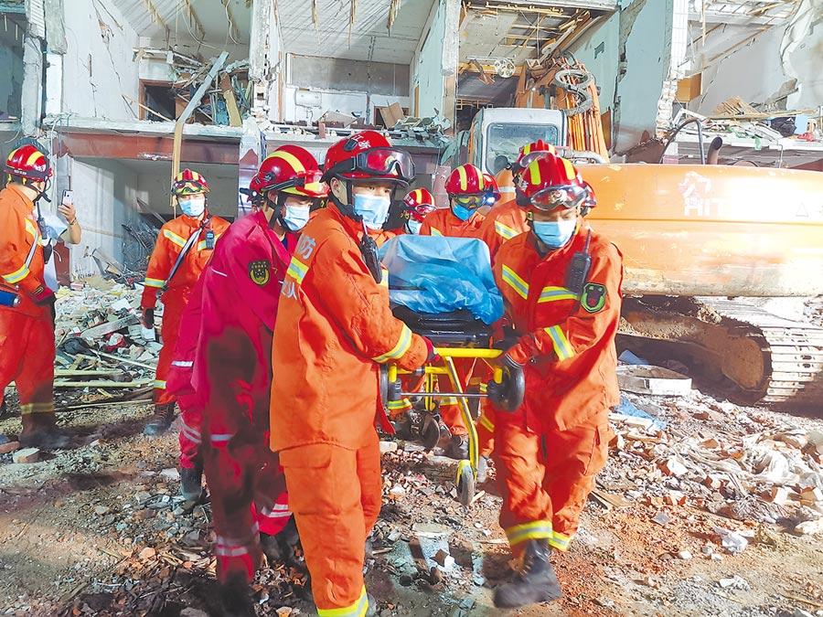 浙江溫嶺市油罐車13日爆炸意外,導致周邊民房及廠房倒塌,至少19死172傷。圖為救援人員搜救出被困人員。(中新社)