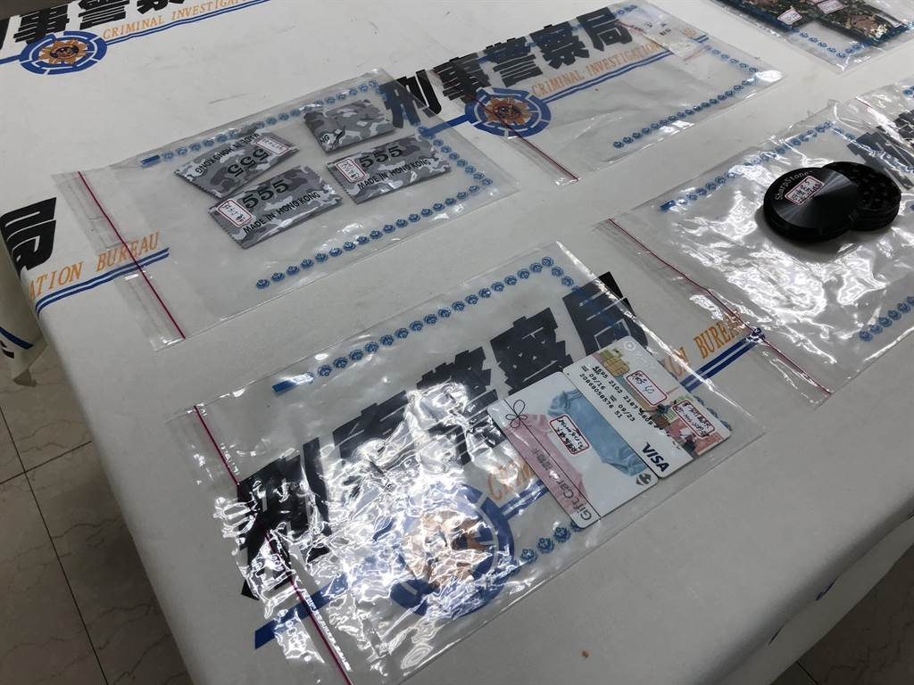 警方查扣到手機、K他命2包、K菸、大麻研磨器、毒品咖啡包等贓證物。(林郁平攝)