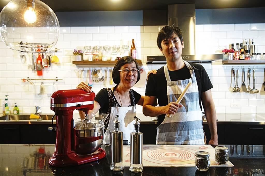 朱茹芬(左)、黃鈺翔(右)打造共享廚房,傳遞下廚與分享的快樂。(攝影/曾信耀)