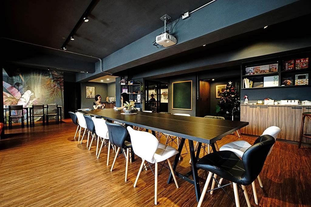 不僅廚房齊全,還有寬敞的客廳空間供聚會、開會、教學之用。(攝影/曾信耀)