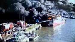 東港鹽埔漁港火燒連環船 宛如三國赤壁戰場慘損5億