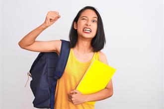 畢業紀念冊滿滿「胸部、屁股、三角洲」 女學生怒:退錢!