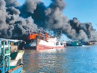 屏東漁港火燒10船 漁工跳海獲救