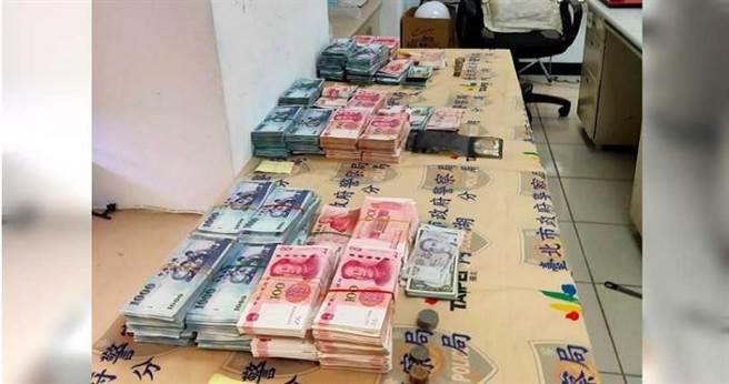 三人自大湖山莊街民宅內偷到約680萬財物,落網時只剩約600萬。(圖/警方提供)
