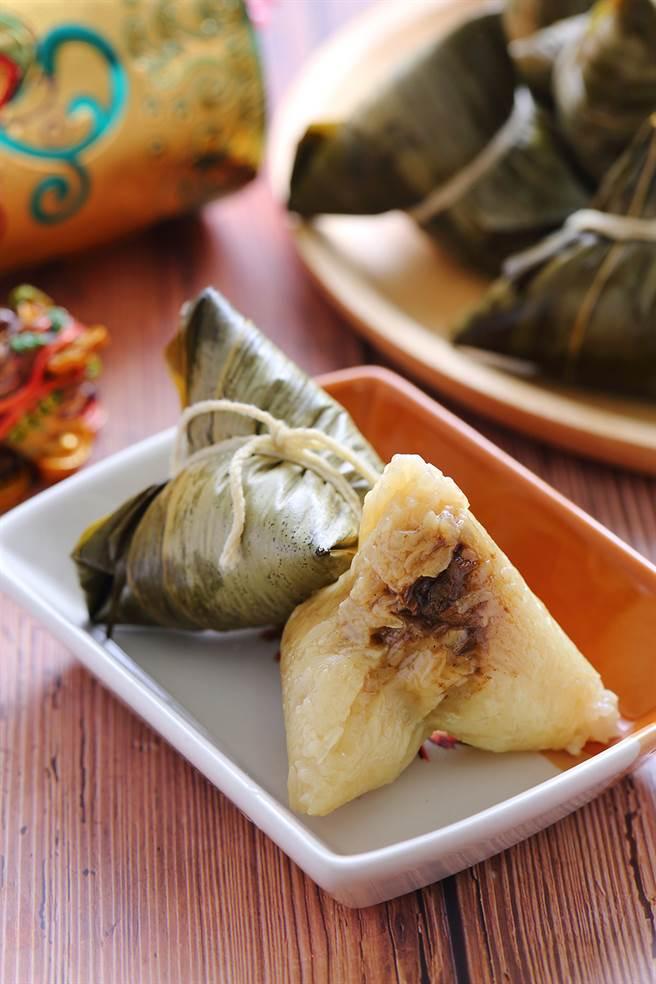 巧巧小肉粽使用舊米,配料有紅蔥酥、香菇、蝦米、肉塊,在掀開粽葉的瞬間,香氣十足。(攝影/Carter)