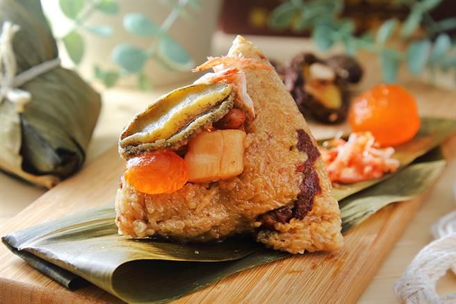 使用東港櫻花蝦、貢寮鮑魚和日本高級干貝的三鮮頂級海味鮑魚粽,海味滿滿、用料豐,是高雄少見的海味粽。(攝影/Carter)