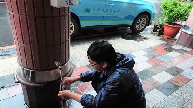 大岡山地區即將於17日中午停水,圖為台水七區處工作人員檢測水質。(台水七區處提供/林瑞益高雄傳真)