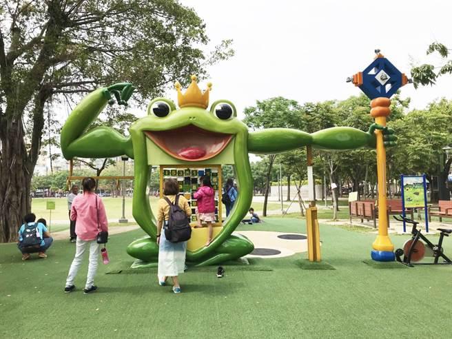 嘉義「文化公園」以諸羅樹蛙特色遊具聞名,罕見的遊具甚至吸引外縣市家長帶孩童特地造訪。(市議員林于凱提供/袁庭堯高雄傳真)