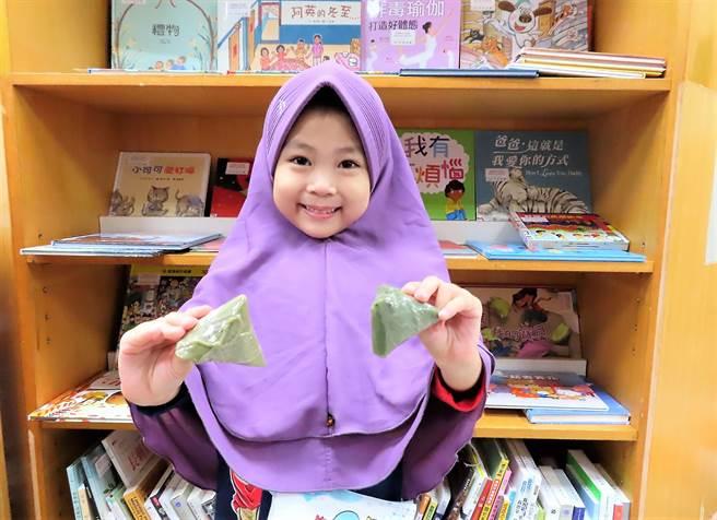 新北市立圖書館在端午節前夕,結合包粽、立蛋、龍舟、香包等傳統端午習俗,推出多項另類有趣的應景閱讀活動。(葉書宏攝)