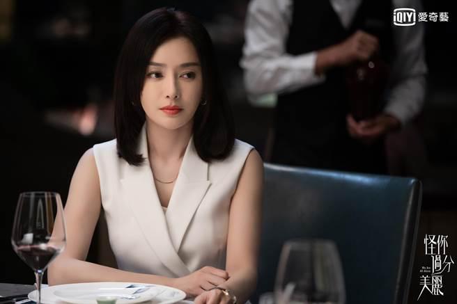 秦嵐在《怪你過分美麗》飾演鐵血經紀人。(愛奇藝台灣站提供)