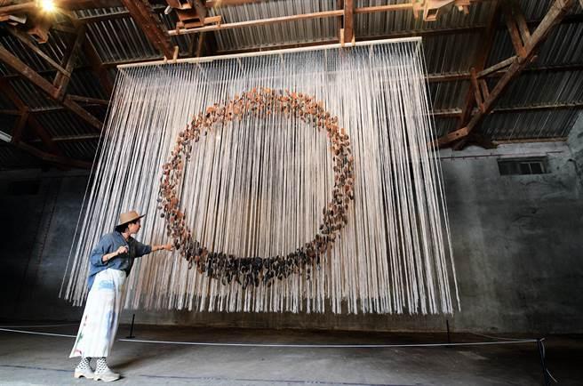 藝術家葉海地在池上農會閒置穀倉裡,打造的裝置藝術「溯土」,呈現出多層次的圓形空間。(莊哲權攝)