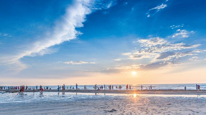 竹北市新月沙灣進入夏季,已成新竹地區民眾消暑戲水最佳去處。(羅浚濱攝)