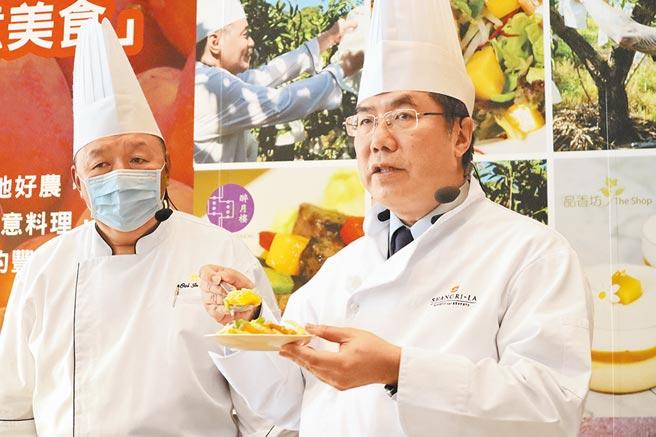 台南市長黃偉哲(右)化身主廚,與飯店業者製作芒果沙拉並現場試吃。(李宜杰攝)