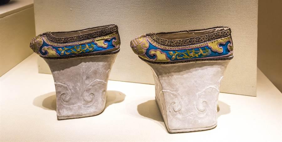 「花盆底鞋」,又稱旗鞋,它以木為底,鞋底高5至15公分,最高的有25公分。(圖/達志影像)