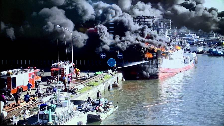 屏東東港鹽埔漁港發生漁船大火,造成火燒連環船,現場宛如三國赤壁戰場至少損失5億。(戴志揚翻攝)