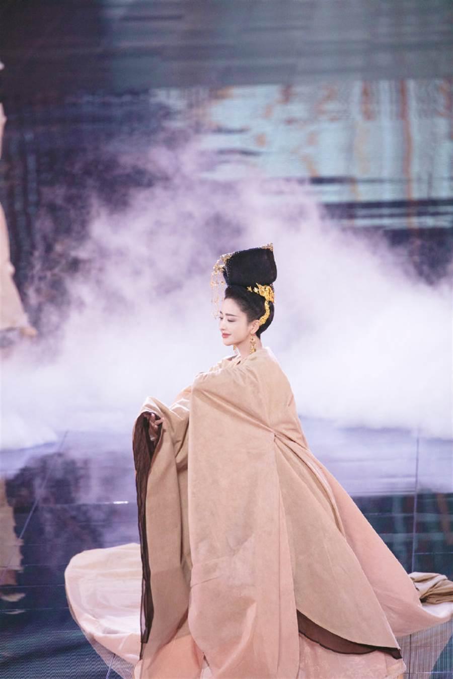 佟麗婭脫下罩衫,大秀絕美唐裝。(圖/取材自江蘇衛視天貓618超級晚微博)