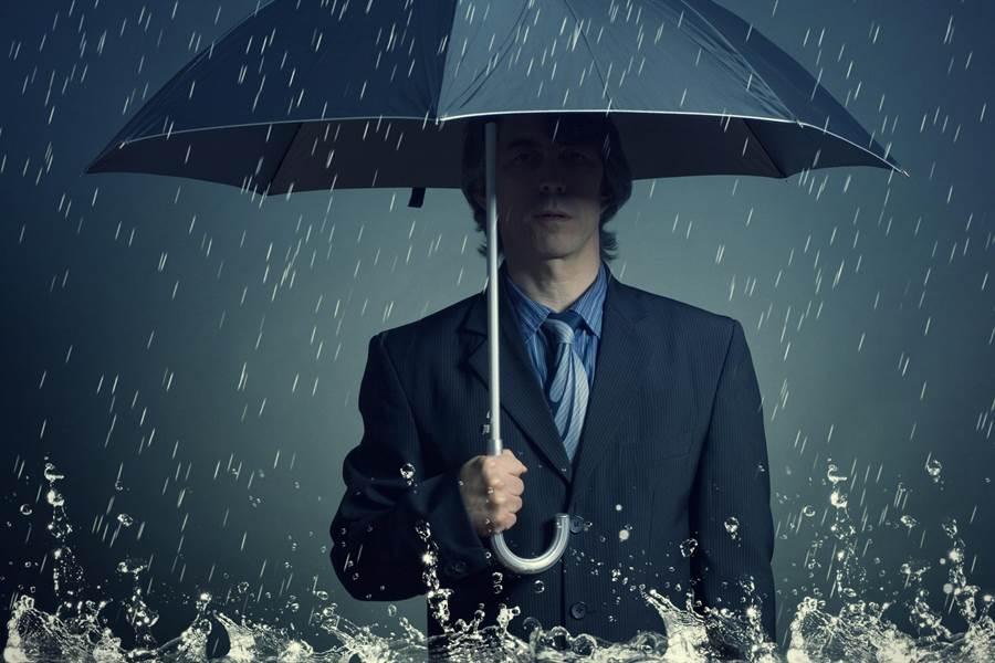 一家3口騎樓躲雨,竟然遇上「鬼叔叔」?(示意圖,達志影像/shutterstock提供)