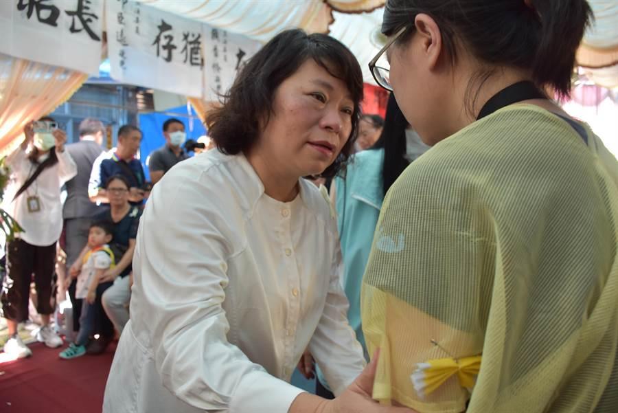 嘉義市長黃敏惠公祭完向家屬致意。(呂妍庭攝)