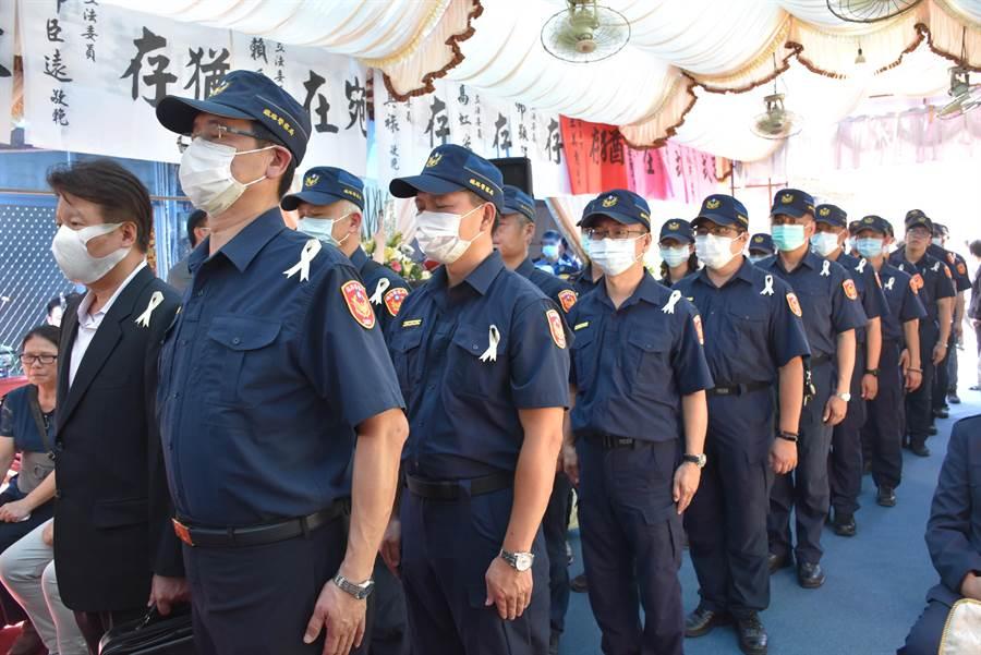 李承翰鐵路警察局的同事也來送李父最後一程。(呂妍庭攝)