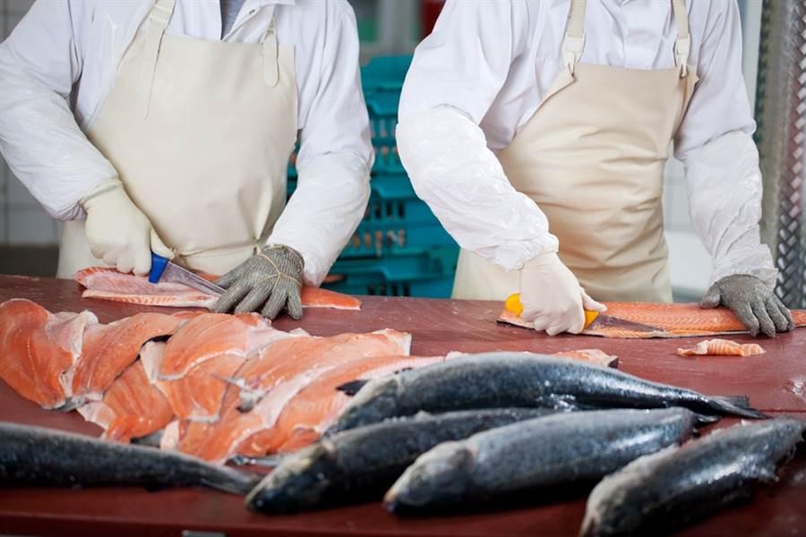 自疫情所在地「新發地批發市場」傳出切割鮭魚的砧板驗出病毒、加上北京市疾控中心表示病毒是從「歐洲方向來的」後,大陸已暫停歐洲進口鮭魚。(示意圖/達志影像)