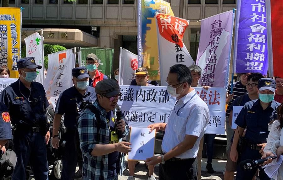 住盟團體在內政部前抗議,要求盡速訂定「可負擔計算基準」作為租金補貼分級依據。/圖由業者提供