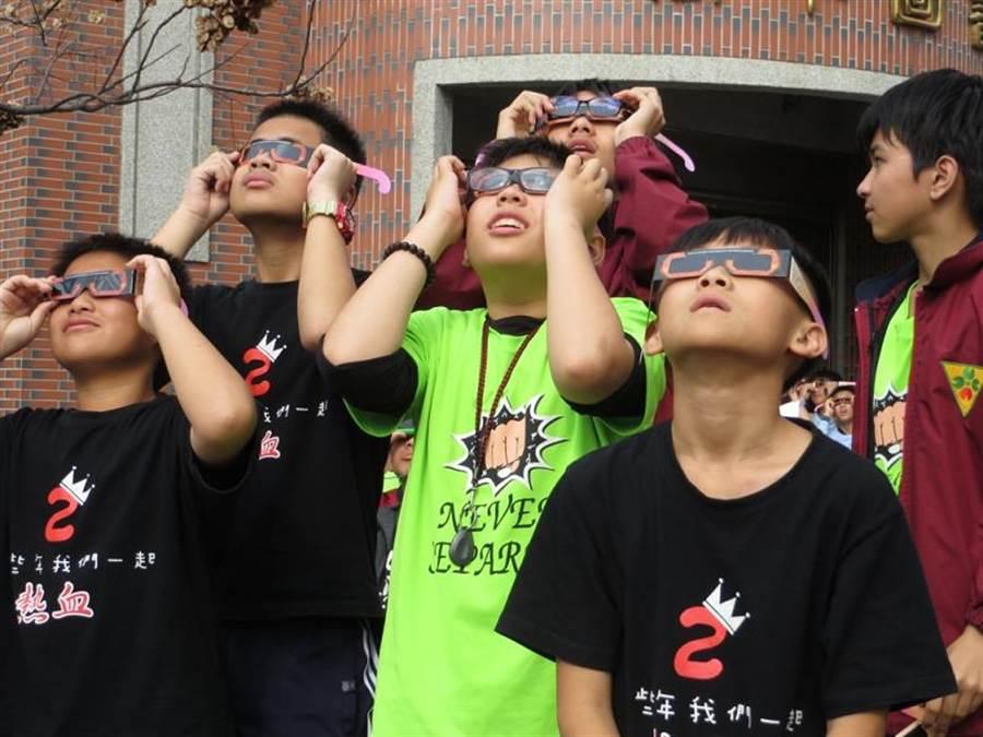 日環食將於21日登場,不少民眾引頸期盼這項天文奇景。(台南市政府觀旅局提供/李宜杰台南傳真)