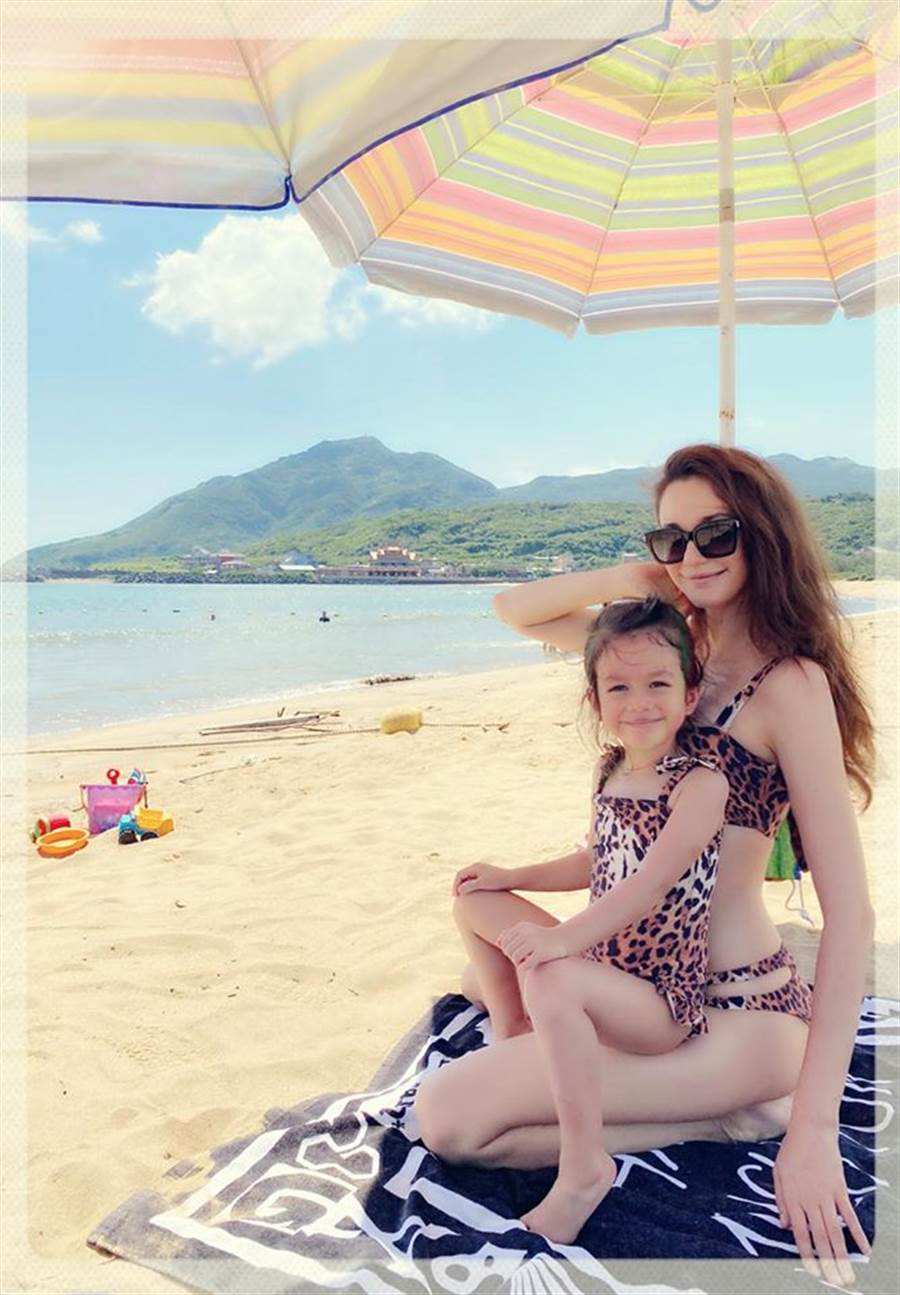 瑞莎和女兒同穿豹紋泳裝。(圖/FB@瑞莎)