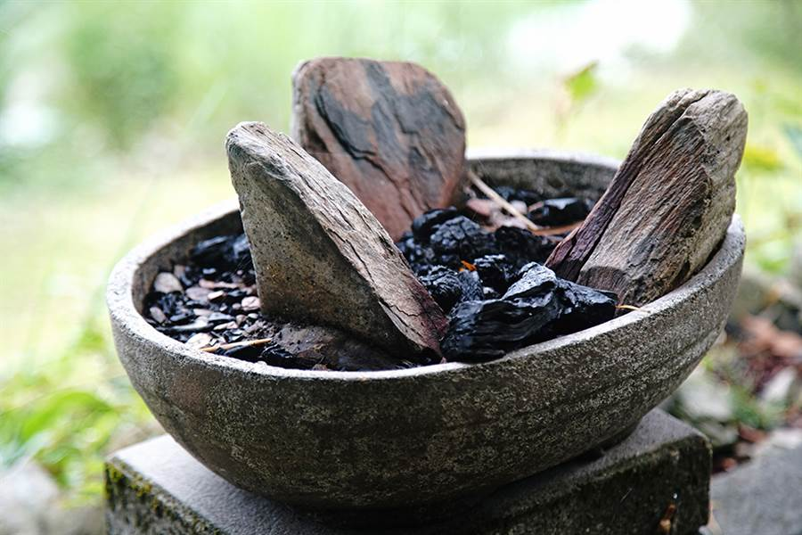 布農族特有的三石灶起炭烹茶。(攝影/曾信耀)