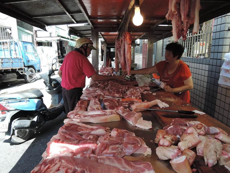 碰上疫情,民眾出門消費力道減弱,整體毛豬交易價比去年同期少10元。(張毓翎攝)
