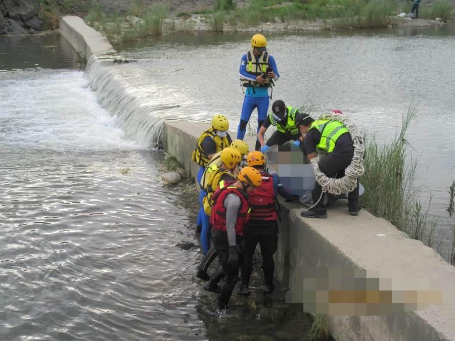 有民眾運動經過太平頭汴坑溪的自行車專用橋,發現橋下水塘似乎有一個人仰躺浮在水面,經報警,台中市消防局車籠埔分隊出動多人到場搜救。(民眾提供/馮惠宜台中傳真)