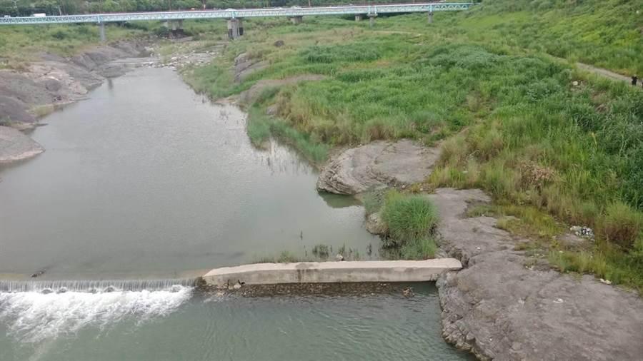 有民眾運動經過太平頭汴坑溪的自行車專用橋發現橋下水塘有人仰躺浮在水面。(民眾提供/馮惠宜台中傳真)