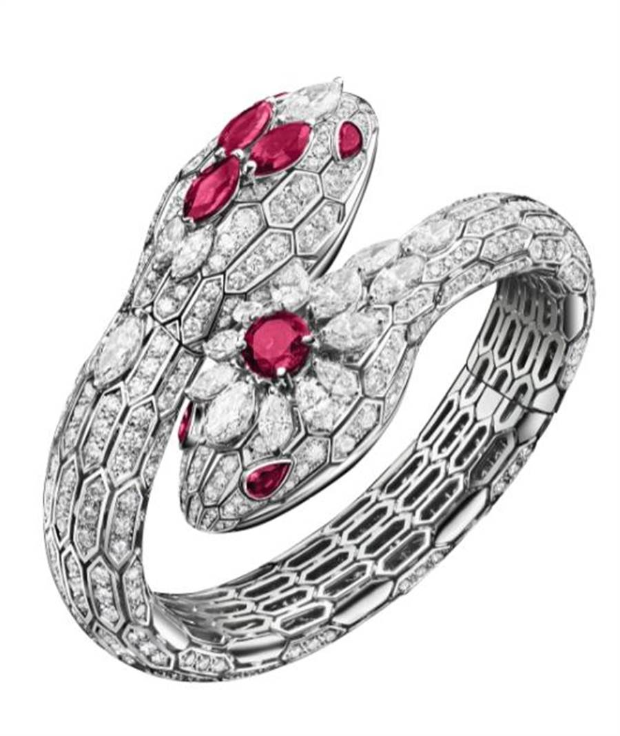 BVLGARI SERPENTI MISTERIOSI頂級珠寶神秘表,首度融入雙蛇頭工藝設計,圓形切割紅寶石與9顆馬眼石,價格店洽。(台北101提供)
