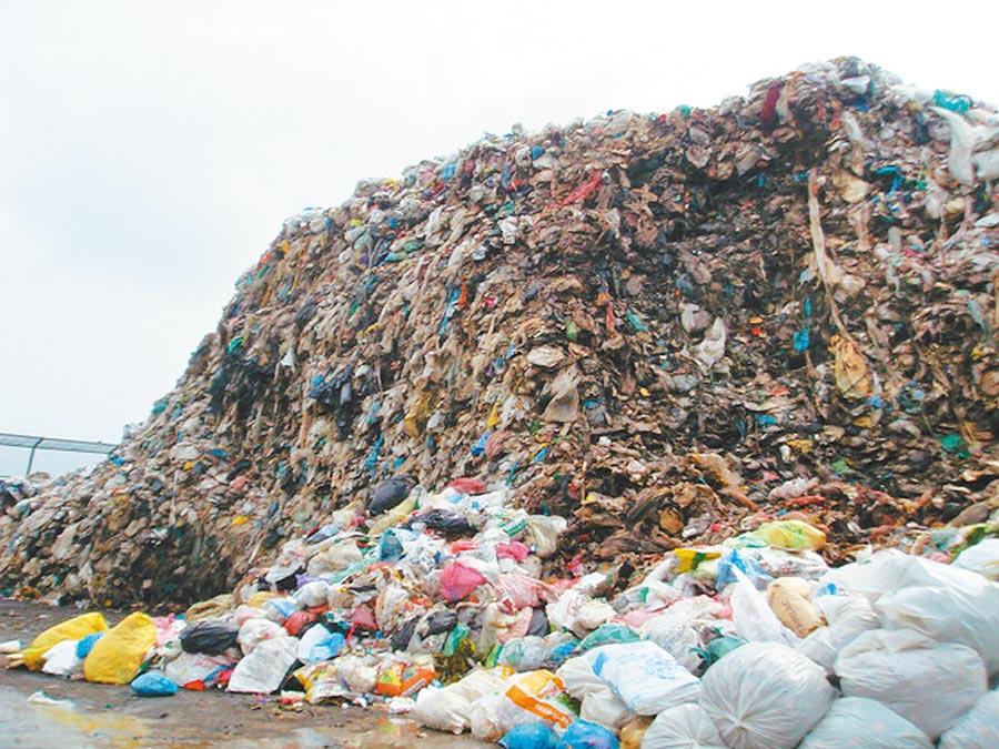 雲林縣元長鄉垃圾掩埋場早已飽和,目前堆置50萬多公噸垃圾。(許素惠攝)