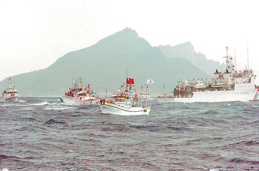 馬政府對日採強硬姿態,2012年曾派出海巡艦艇支持前往釣魚台示威的蘇澳漁船,與日本海岸保安廳船艦對峙。(資料照)