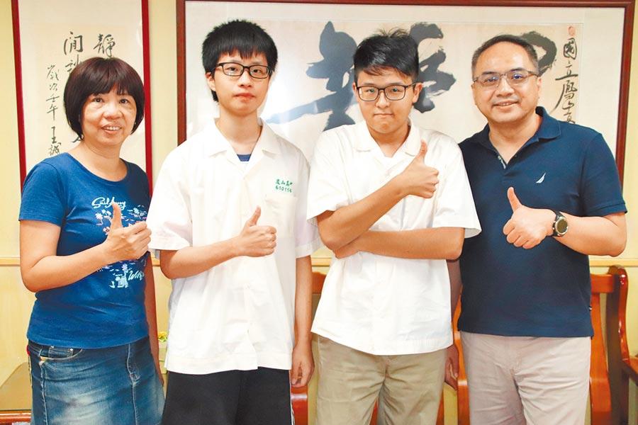 高雄鳳山高中同班的任承賢(左二)、謝承祐(右二)利用不同升學管道雙雙錄取台大電機系。(洪浩軒攝)