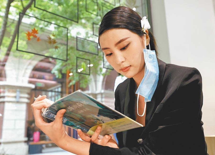 閱讀也成為單身群體的休閒娛樂之一。(新華社資料照片)