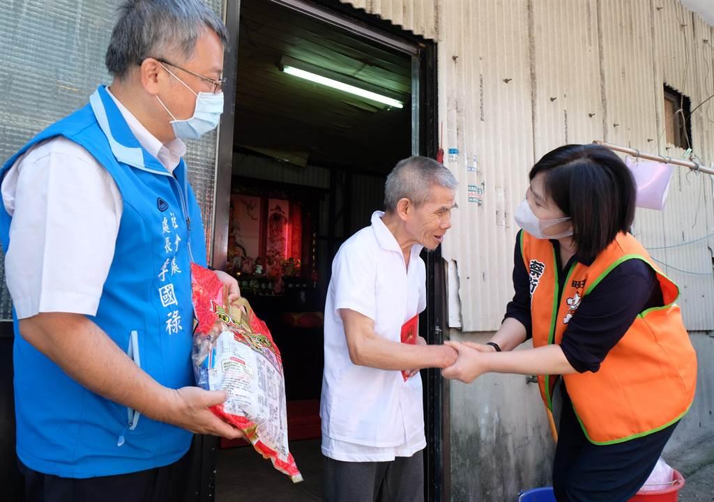 蔡衍明愛心基金會經理徐海倫(右)致贈5千元「旺福紅包」給獨居的蔡老先生。(羅浚濱攝)