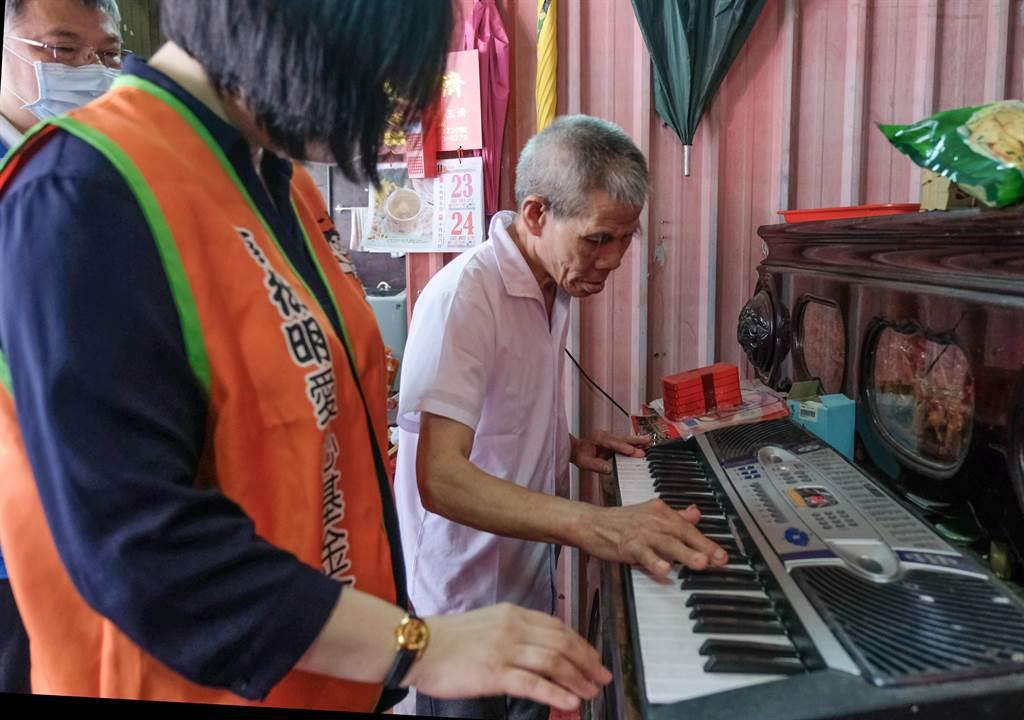 受助的蔡老先以電子琴彈奏「月光小夜曲」,感謝蔡衍明董事長的善舉。(羅浚濱攝)