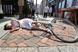 米可白烈日下摔車昏倒 臉貼地上燙成「石板烤肉」!